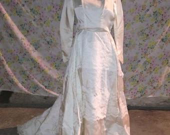 Vintage Ivory Lacey Wedding Dress