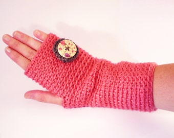 Casual mittens, pink colour with floral design button