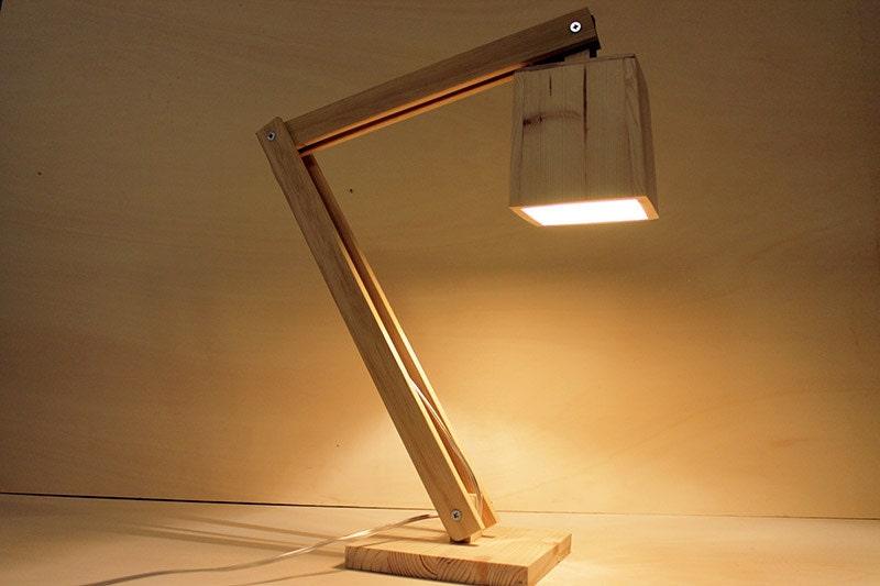 Lampada snodabile da tavolo in legno naturale. Table di Ideesign