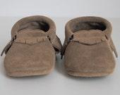 baby moccasins / beige suede
