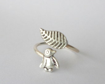 Silver penguin ring with a leaf