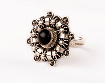 Stunning Vintage Silver Ring with fine Onyx gem.