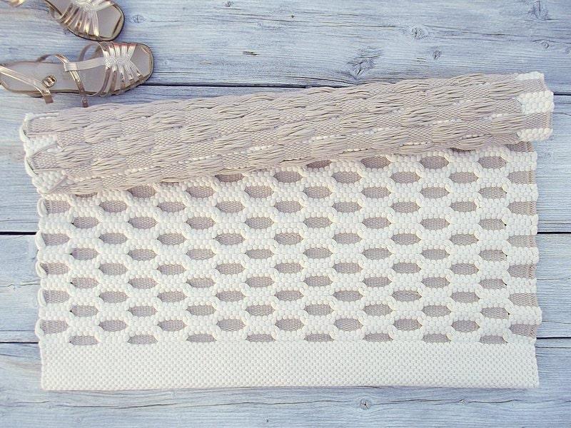 wei und beige baumwolle teppich klein handgemacht auf dem. Black Bedroom Furniture Sets. Home Design Ideas