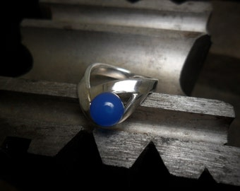 Sterling silver ring decorated with a blue onyx Pearl
