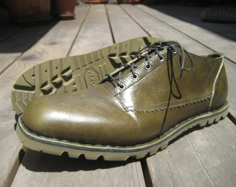 Gibson style shoe in Khaki Green leather, Stitch-down construction, Vibram sole with no heel