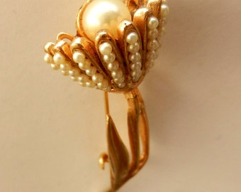 Beautiful 1950 Vintage Golden Flower Pin With Tiny Pearl Petals & Large Pearl Center--art.37/3-