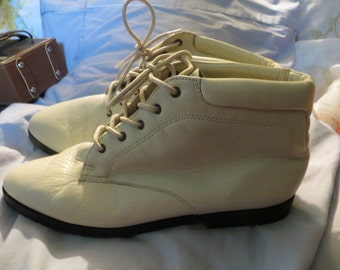 Vintage  khaki  Cream Lace up Ankle Boots DANEXX  SIZE 8 1/2 m
