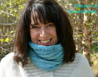 Tressie Cowl: A Knit Pattern for a Reversible Cowl