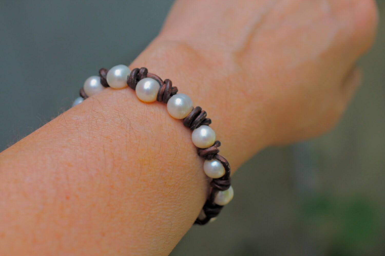 pearl bracelet leather bracelet leather by amyfinedesign. Black Bedroom Furniture Sets. Home Design Ideas