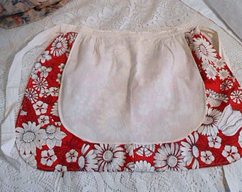 RED & WHITE DAISY Half Apron Vintage Summery Cotton Flower Print, Roomy Muslin Pocket, Girlie Kitchen Wear, Handmade Fresh Colors Fits Most