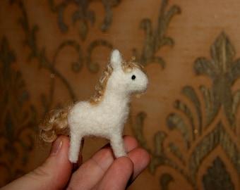 Felt horse, felted toy, miniature horse, farm animals, natural wool toy, felt ponny, white horse