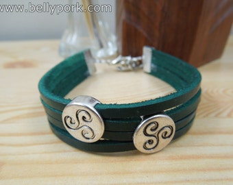 Triskel bracelet, leather in green. It closes with a metal closure.