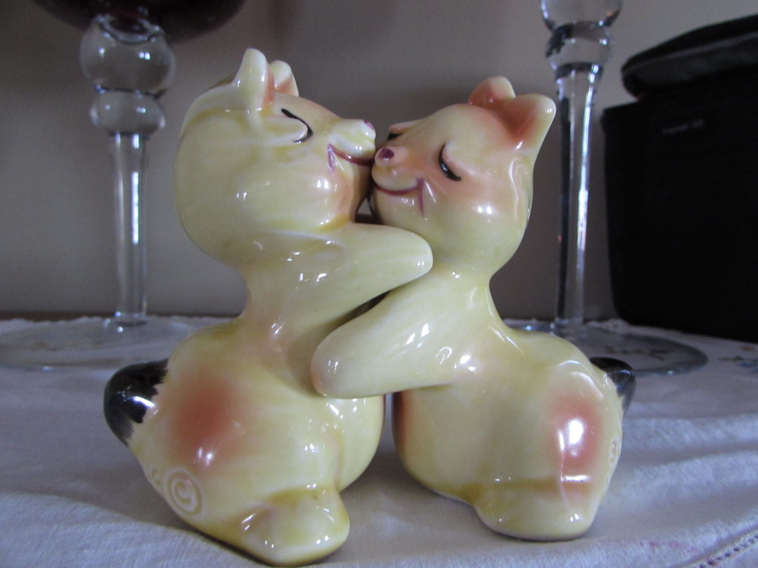 Hugging bunny salt and pepper shakers hard to find vintage - Hugging salt and pepper shakers ...