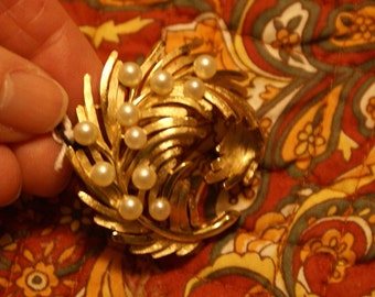 Lovely Vintage Trafari Gold Tone Pearl Brooch Nice Swirl Pattern Trafari Tag (2202)
