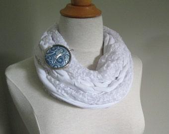 Foulard Infinité en jersey blanc tressé avec broche bouton (interchangeable)