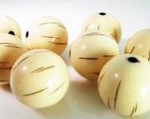 10 Vintage 18mm Light Ivory and Brown Striped Incised Lucite Round Beads Bd1030