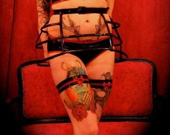 Latex bow garter