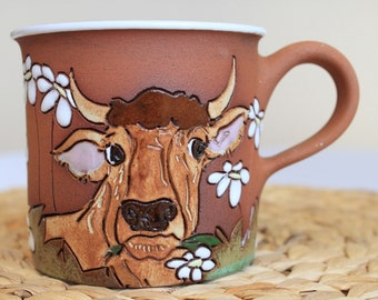 Tea mug with brown bull and daisies