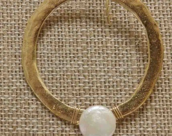 Gold disc with white freshwater pearl