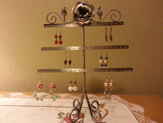 Metal Wire Display For Earrings With A Decorative Floral