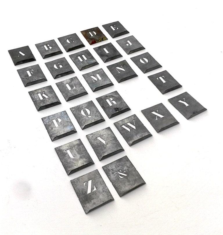 lettre de pochoirs en m tal fran ais zinc lettres de. Black Bedroom Furniture Sets. Home Design Ideas