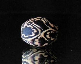 handmade black and white indonesian glass bead (03)