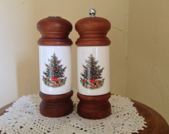 Vintage Pfaltzgraff Christmas Heritage Salt and Pepper Shaker Set Wood Accents Grinder featuring Christmas Tree