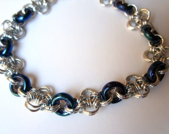 Blue flowers: chainmaille bracelet with blue glass elements.