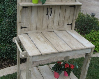 Small Weathered Potting Bench with Round Gate Top