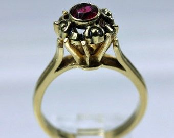 Tall Setting 14K Gold Garnet Vintage Ring
