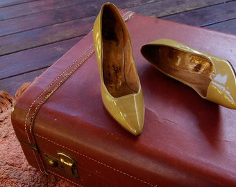 Cappuccino 1950's Vintage Light Brown Patent Leather High Heels with Leather Soles // Soulier Magnifique // size 4.5 M