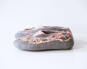 Women house shoes, felted slippers Gray Pink