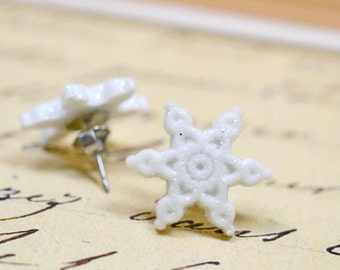 Glitter White Snowflake Earrings, Sparkly Pointed Snow Flake Studs, Glitter Jewelry Novelty Christmas Winter Holidays Snowflake Jewelry