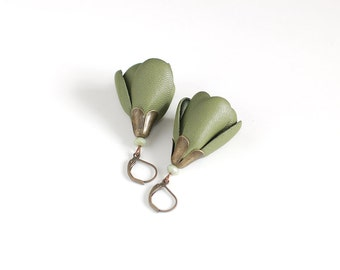 Leather earrings in moss green