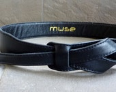 Muse buckle-less black leather belt