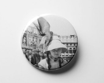 Badge - The gamine with a pigeon on his head in Venice
