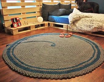 grosse runde teppich grau mit einem blauen balken haekeln