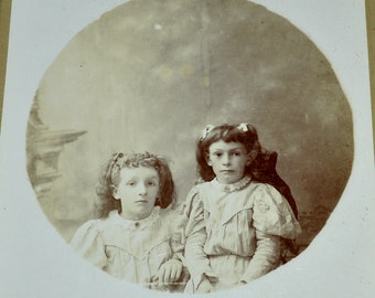 Creepy Sisters - Spooky / Unsettling Cabinet Card Photograph - Girl with Deep Black Eyes! - Original Victorian / Edwardian era Photo