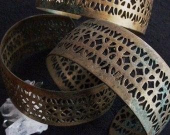 SALE 1pc Very Vintage Old Filigree Cuff Bracelet Bare Raw Brass Art Deco Steampunk Victorian Egyptian Revival 1 Inch Wide Natural Patina BB5