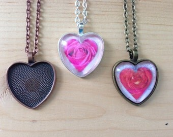 20pk...Heart Pendant Trays with Glass Tiles...Cabochon...Size is 25mm....SHRTT