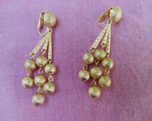 TRIFARI EARRINGS textured goldtone swingy Holiday Party dangle Clip Earrings vintage 1980s beautiful like new signed