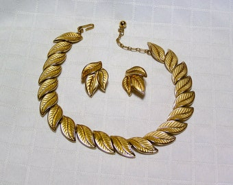 Vintage Crown Trifari Elegant gold tone leaves necklace and clip earrings