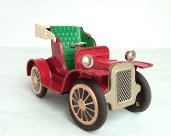 Tin litho friction toy car runabout, made in Japan, red and green tinplate roadster, old time automobile, antique Model T style