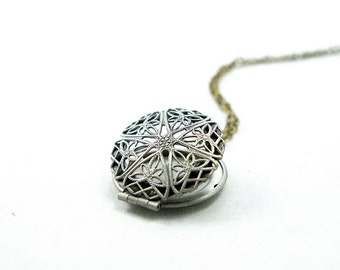 Star - Vintage Style Antiqued Silver Romantic Round Star Pattern Locket on Antiqued Brass Chain Necklace - LN004