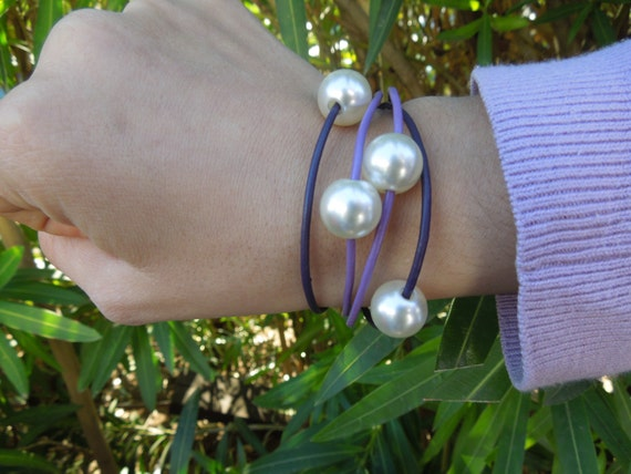 Leather handmade bracelet with pearl beads. Dark and light violet, lilac. Four amazing beads to wear your wrist.
