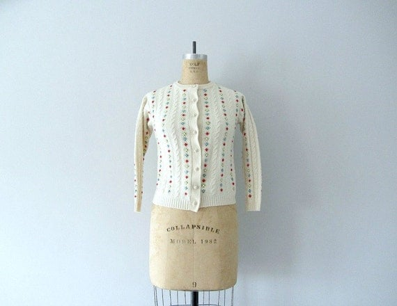 1950s cardigan . 50s cream flower sweater . small