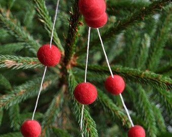 Red wool ball Christmas garland, felt wool balls, primitive Christmas, Christmas tree decoration, festive bunting, pompom garland, red balls