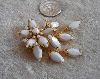 Vtg Pin-White Glass Pronged Flower Burst P3097