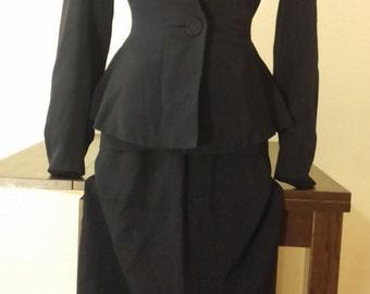 Stunning early 1940s navy skirt suit