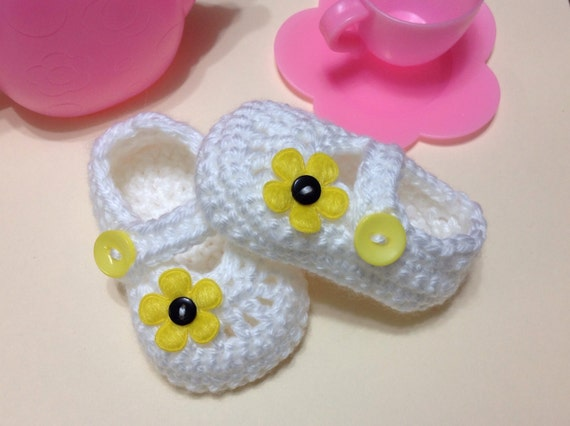 White shoes booties with yellow flowers for baby girl in sizes preemie-12 months (shoe size 0-5). Great as gifts and photography props too!